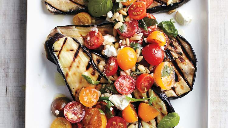 Berinjela assada com tomate e manjericão